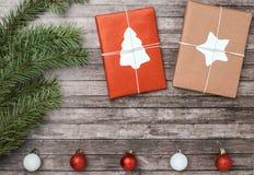 Подарки и шарики рождества с елью на деревянной предпосылке стоковая фотография rf