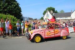 Подарки каравана Тур-де-Франс бросая в толпу стоковое изображение