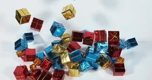 Подарки которые падают на белую предпосылку