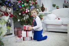 Подарки мальчика и рождества стоковое фото
