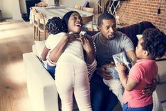 Подарки мамы и папы удивительно к детям стоковые изображения
