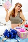 подарки младенца ее супоросая нерождённая женщина Стоковое Изображение