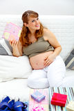 подарки младенца ее супоросая сь женщина Стоковое фото RF