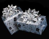 подарки на день рождения серебрят обернуто Стоковое Фото