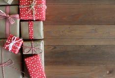 Подарки на деревянной поверхности Стоковое Изображение RF