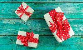 Подарки на зеленой предпосылке стоковые изображения rf