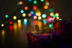 Подарки на рождество подготовленные под деревом стоковое изображение rf