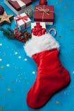 Подарки на рождество пропуская из чулка ` s Санты Стоковое Изображение