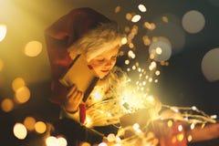 Подарки на рождество ребенка раскрывая стоковые фото