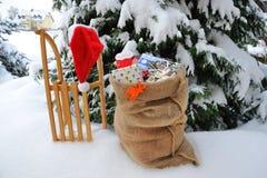 Подарки на рождество на розвальнях стоковое фото rf
