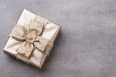 Подарки на рождество с лентой на серой предпосылке Стоковое Изображение RF
