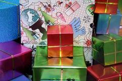 Подарки на рождество wraped в точных бумагах Стоковое Изображение