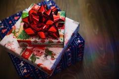 Подарки Нового Года с красным смычком стоковая фотография rf