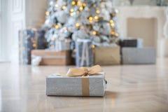 Подарки под валом Стоковые Изображения
