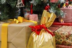 Подарки под рождеством стоковое изображение rf