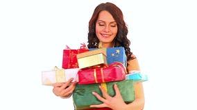 Подарки рождества в руках женщины Продажа Xmas для девушки покупок сток-видео