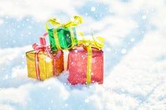 Подарки рождества в снежке стоковые изображения rf
