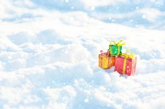 Подарки рождества в снежке стоковые фотографии rf