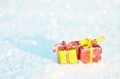 Подарки рождества в снежке стоковое изображение rf