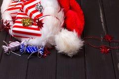 Подарки рождества в шляпе Санта Клауса Стоковая Фотография RF