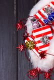 Подарки рождества в шляпе Санта Клауса Стоковые Изображения