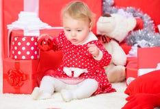 Подарки рождества для малыша Вещи, который нужно сделать с малышами на рождестве Немногое игра ребенка около кучи подарочных коро стоковые изображения rf