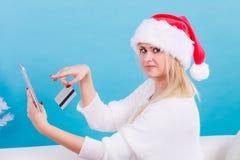 Подарки рождества женщины покупая онлайн Стоковое фото RF