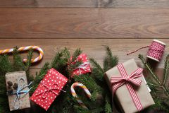 Подарки рождества и ветви ели на деревянном столе Стоковое Изображение RF