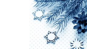 Подарки рождества и подарки на праздник Елевые ветви и d Стоковая Фотография