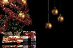 Подарки рождества и рождественская елка II стоковые изображения rf