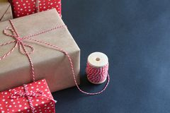 Подарки рождества на голубой предпосылке Стоковые Фотографии RF