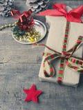 Подарки рождества на деревянном поле стоковые изображения rf