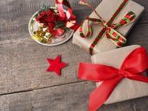 Подарки рождества на деревянном поле стоковые фото