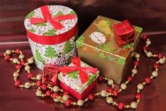 Подарки рождества на предпосылке кабанины стоковое фото rf