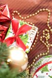 Подарки рождества на предпосылке кабанины стоковые изображения rf