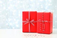 Подарки рождества на таблице против запачканных светов Стоковое Фото