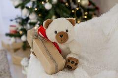 Подарки рождества плюшевого медвежонка игрушки рождества белые Стоковые Изображения