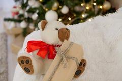 Подарки рождества плюшевого медвежонка игрушки рождества белые Стоковое фото RF