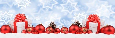 Подарки рождества представляют bac зимы снега украшения знамени шариков Стоковая Фотография RF
