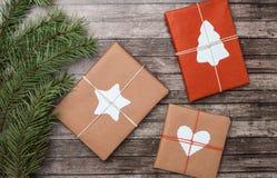 Подарки рождества с елью на деревянной предпосылке стоковые фотографии rf