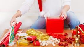 Подарки рождества упаковки женщины Стоковое фото RF
