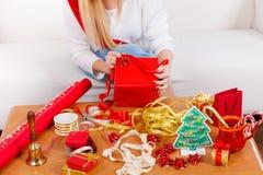 Подарки рождества упаковки женщины Стоковые Фотографии RF