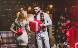 Подарки рождества Человек красивый с сюрпризом подарочной коробки для девушки Хипстер человека дает подарок украшениям рождества  стоковые фотографии rf