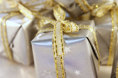 подарки 1 меньший серебр Стоковые Фотографии RF