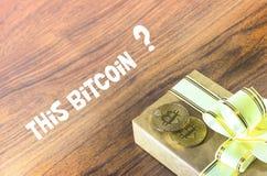 Подарки Bitcoins в винтажной подарочной коробке стиля на деревенской деревянной предпосылке Bitcoins вопрос в том, что Стоковое Фото