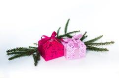 Подарки ` s Нового Года с елевой ветвью на белой предпосылке стоковые фотографии rf