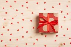 Подарок в коробке на деревянной предпосылке Стоковые Изображения