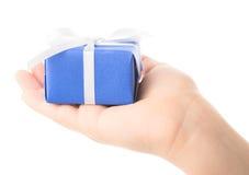 Подарок в руке детей Стоковое Изображение RF