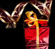 Подарок в упаковывать красного цвета и чувствительная тесемке стоковые фото