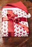 Подарок в шляпе Санта Клауса стоковые изображения
